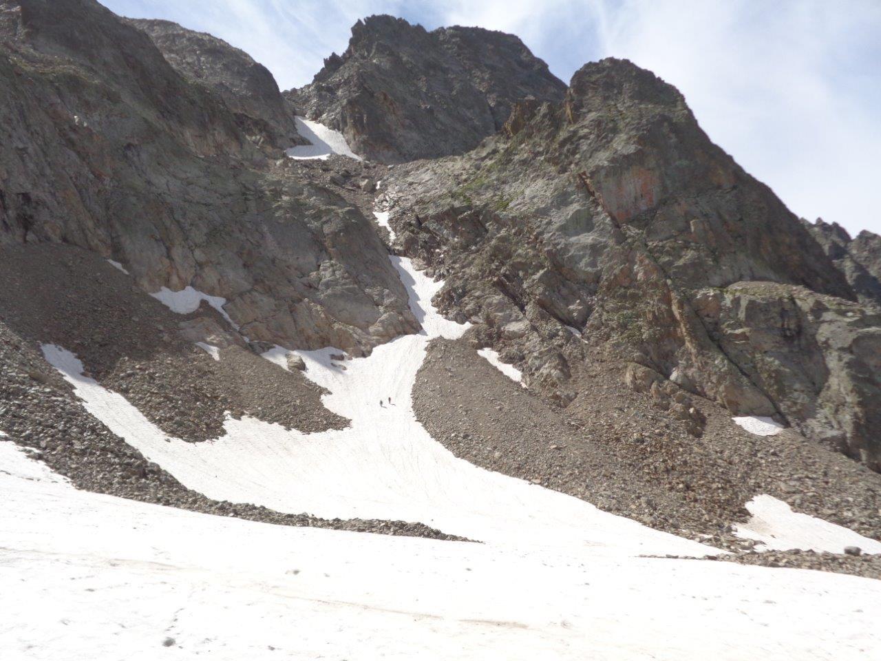 il canale che scende dal Colle San Robert; la neve manca nella zona intermedia