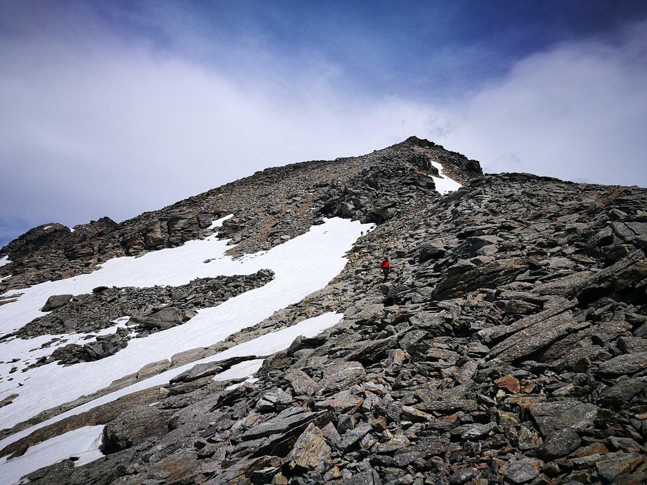 06 - in discesa lungo la cresta che porta al Col Girard, a sinistra il pendio di salita in neve