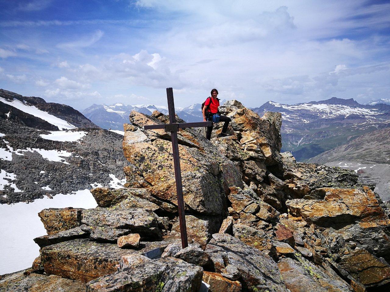 03 - l'arrivo alla croce di vetta con breve passaggio in cresta, elementare