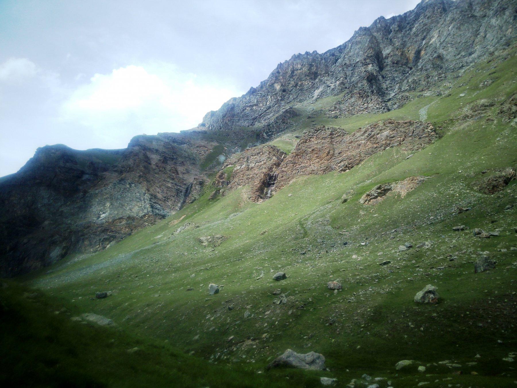 La  barra rocciosa che si supera per arrivare alla casa di caccia