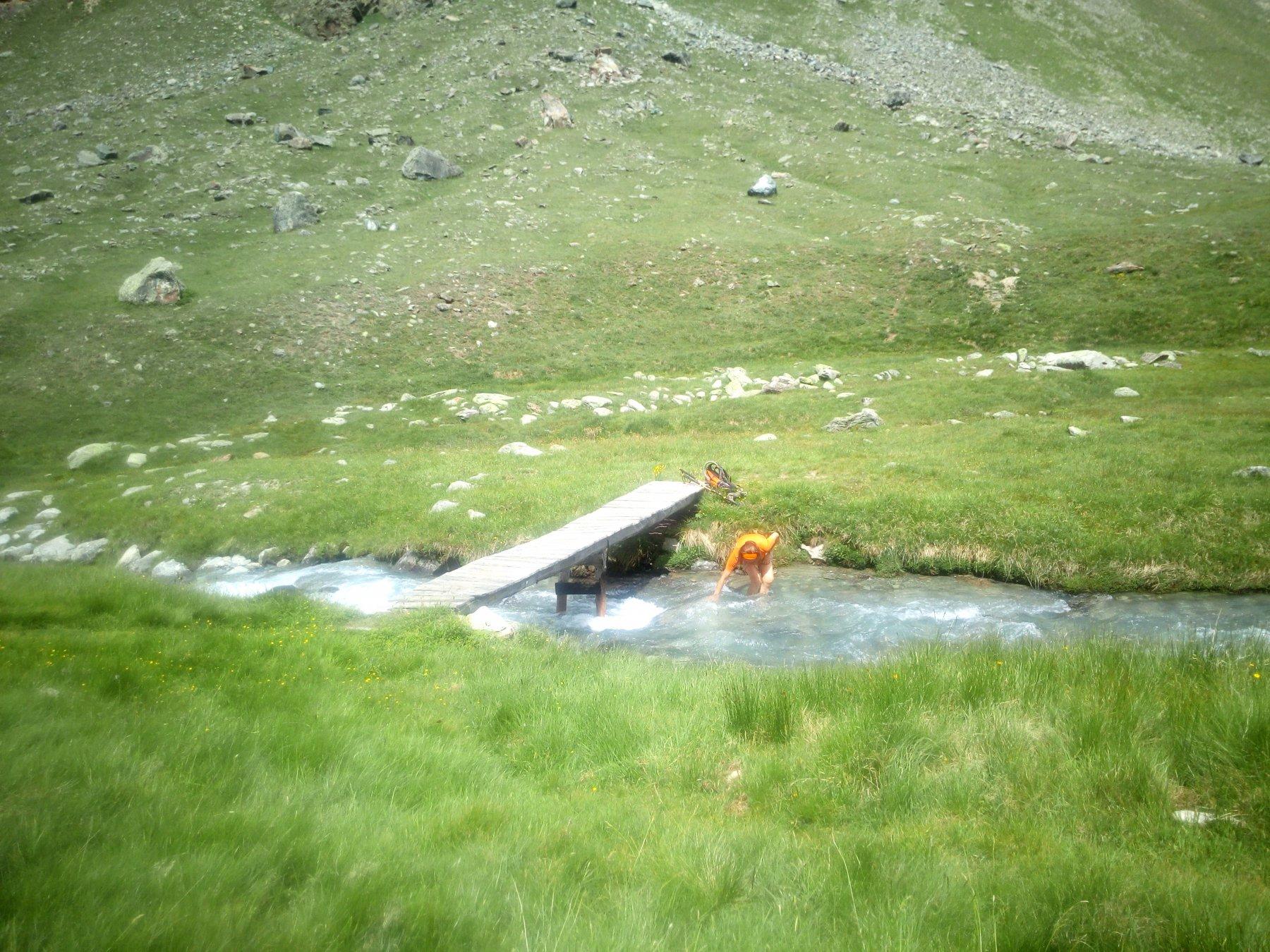 Il ponticello che consente di attraversare il torrente Levionaz