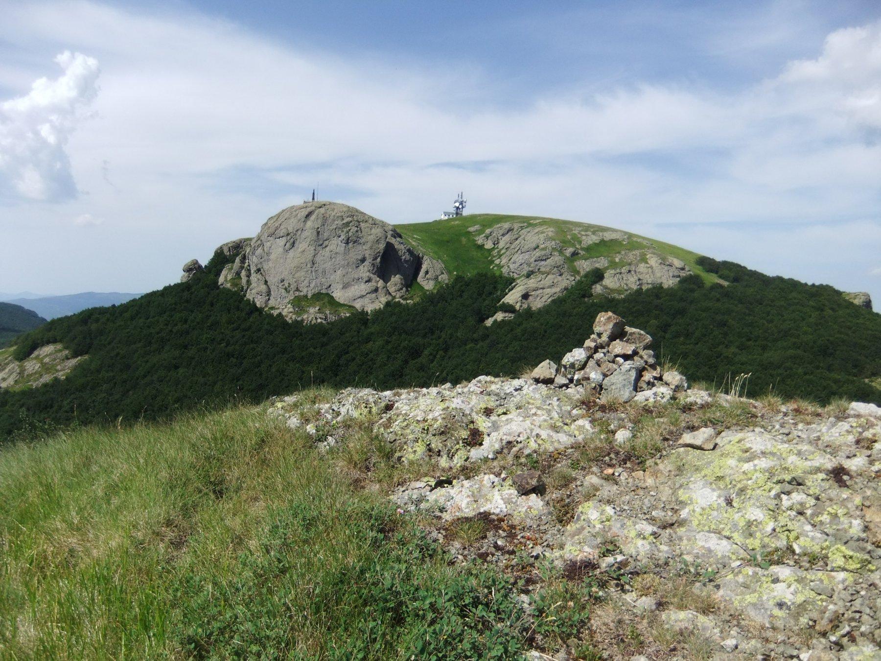 In vetta al Monte Picchetto con vista sul Maggiorasca
