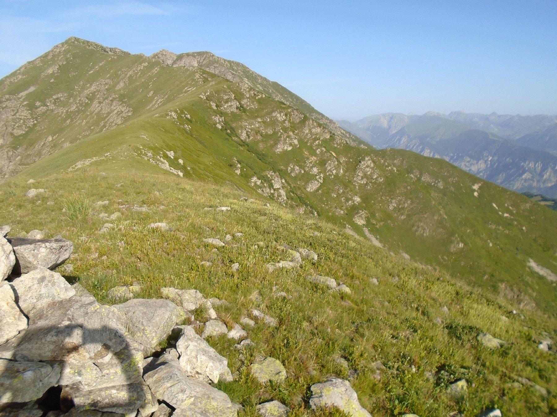 Dal Merqua in primo piano la quota 2261 e la cresta erbosa di discesa a dx