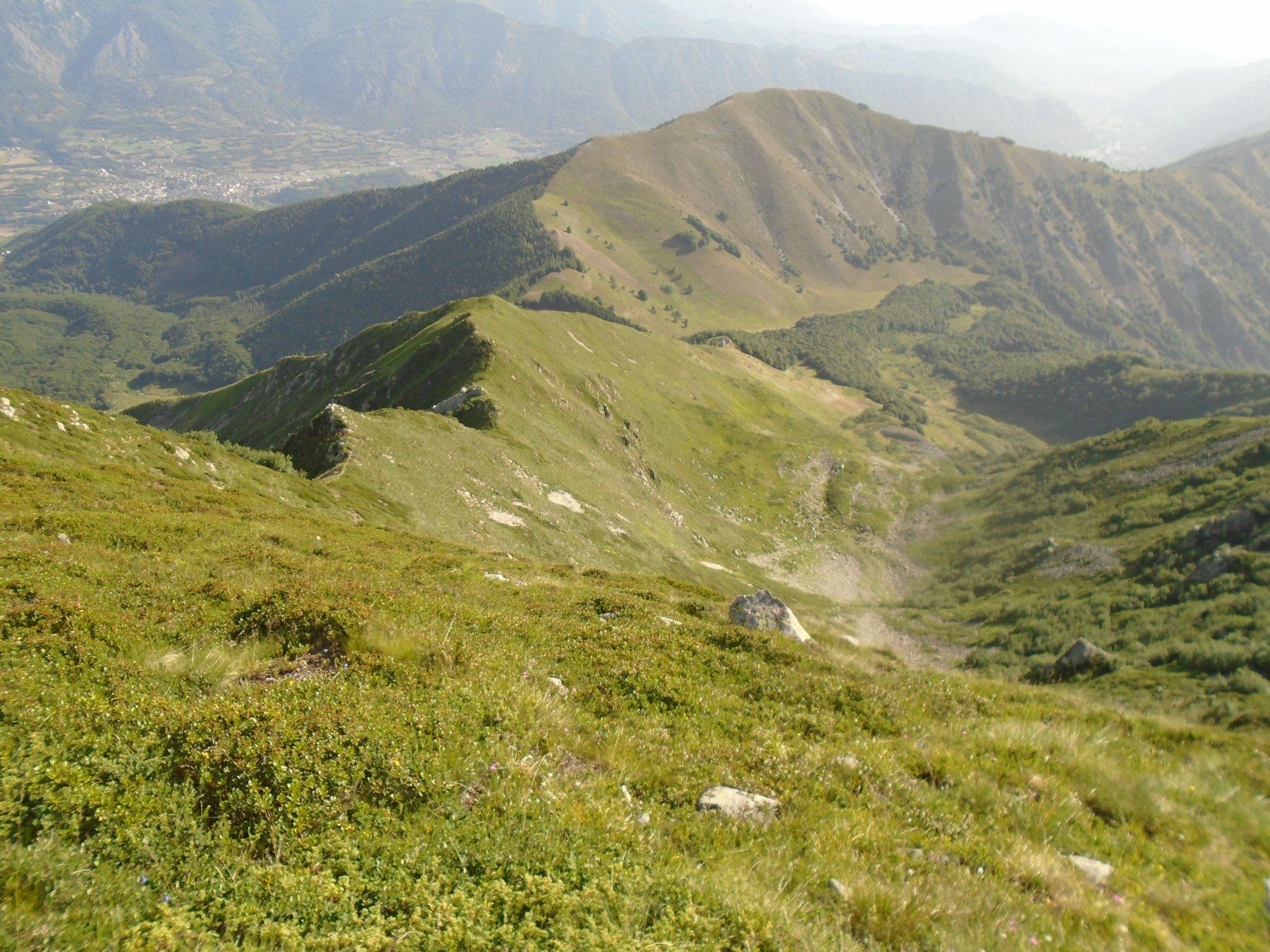 Da quota 2261 la cresta di discesa verso Colle Arpione/Casotto del Parco
