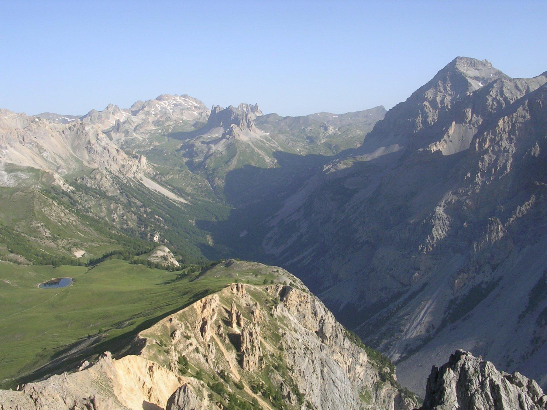 Panorama verso Valle Stretta, lago e colle di Thures.