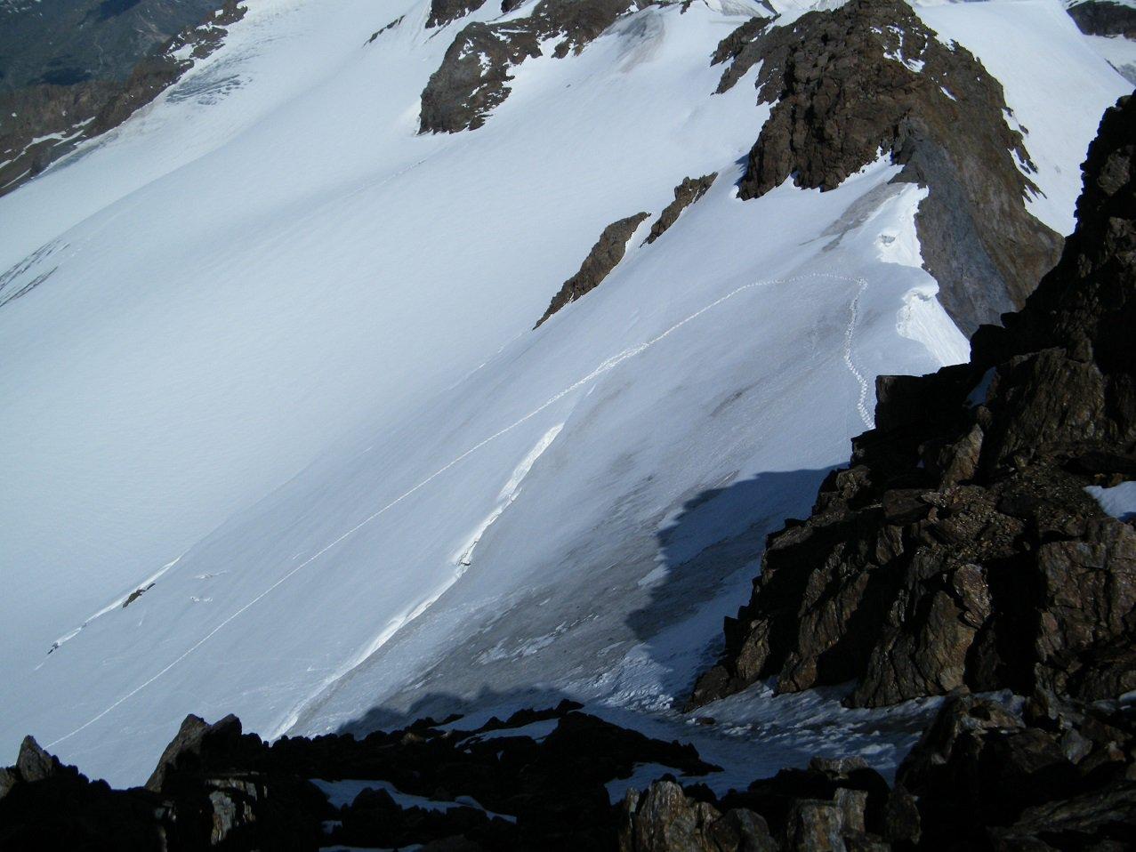 Il canalino in ghiaccio ed il colletto 3550 visti dall'alto.