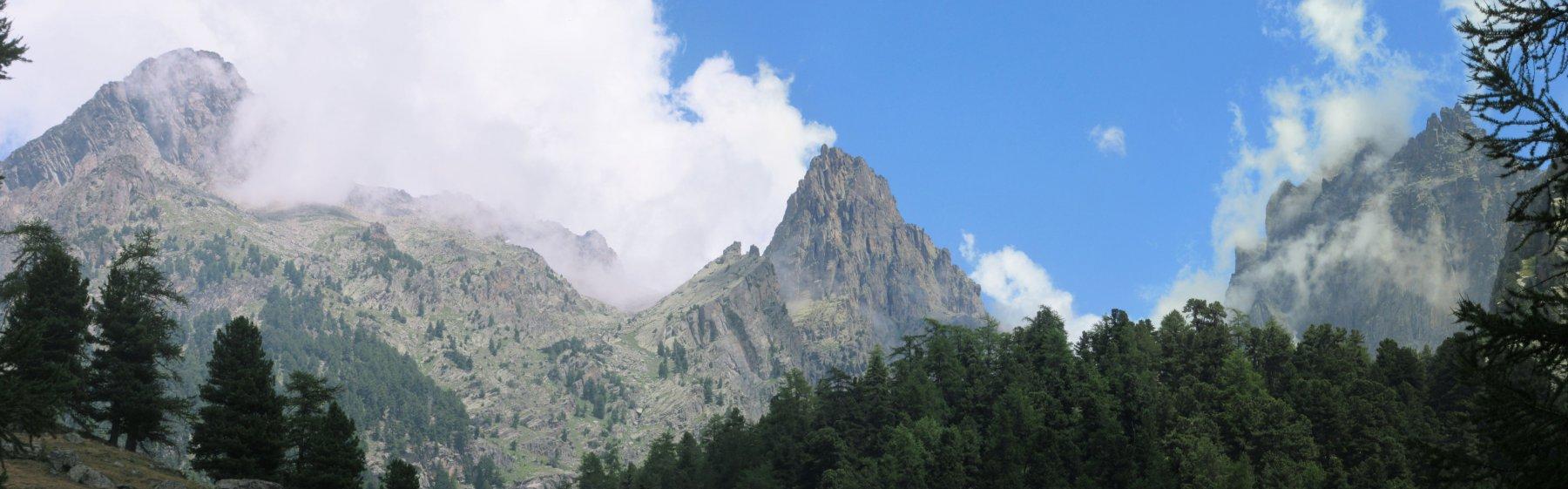 La nebbia avvolge le Rocce di Viso (a dx) Guglia delle Forcioline e Rocca delle Forcioline (a sx)
