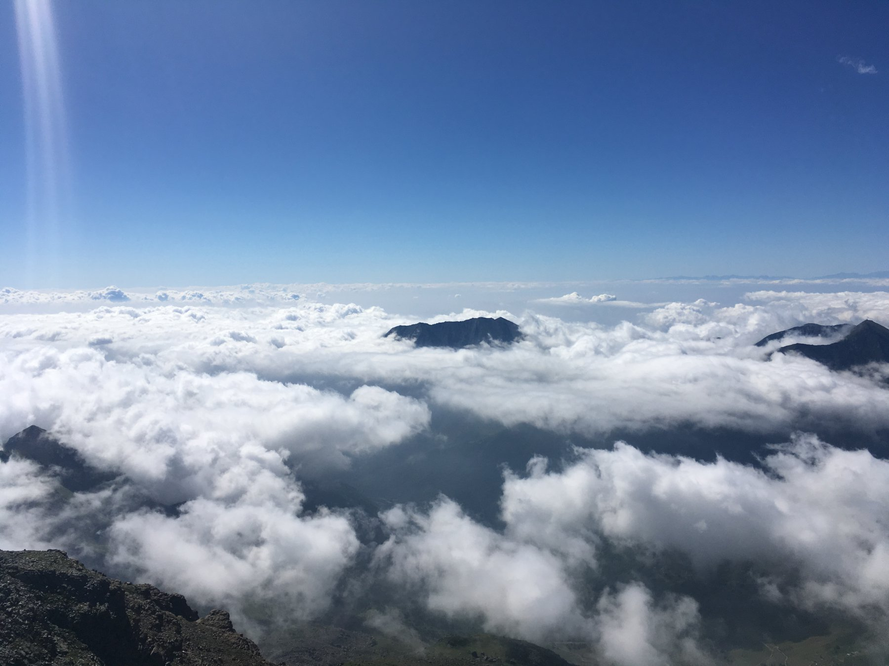 Il Civrari spunta fra le nuvole