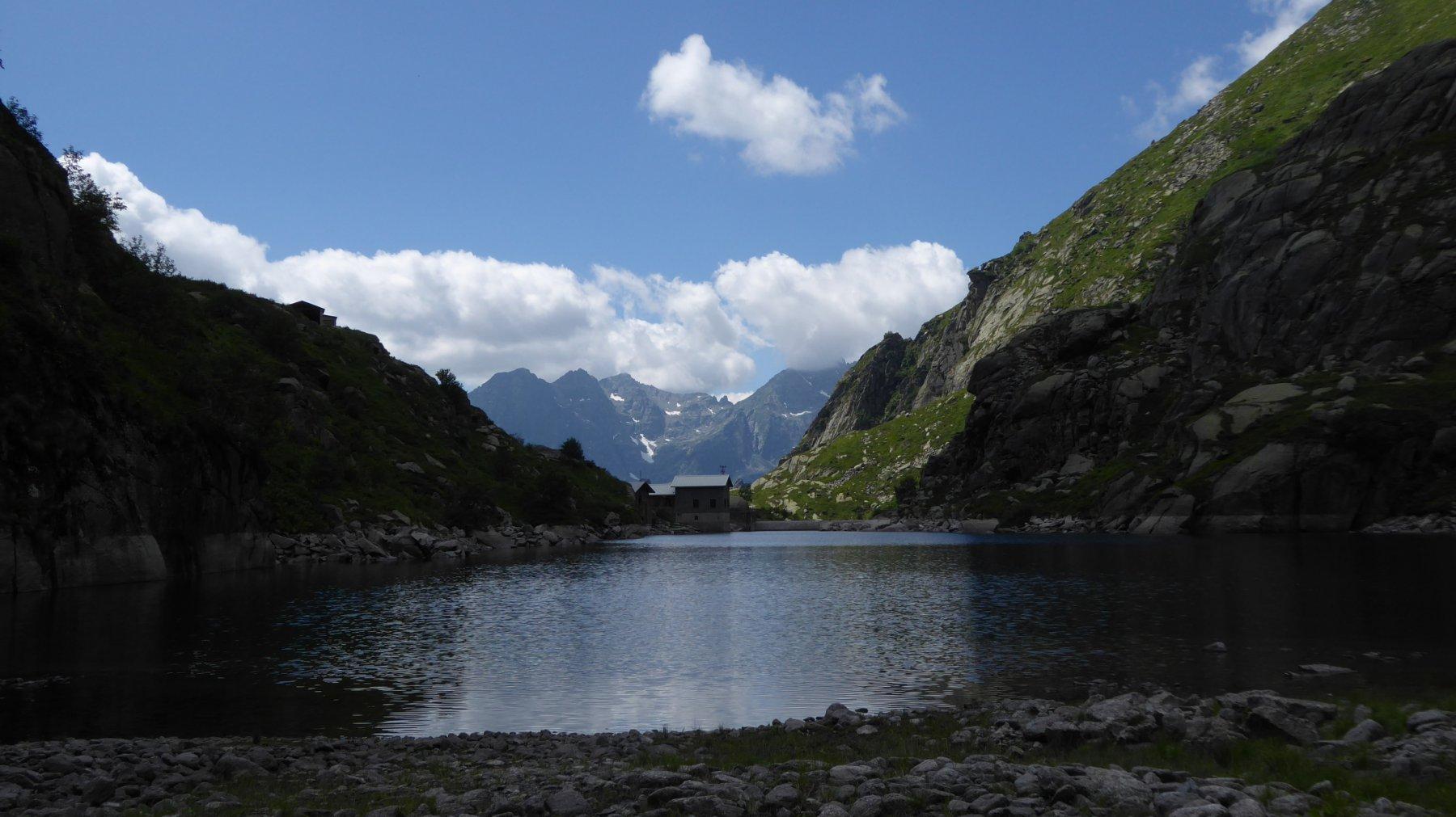 Lago della Balma e sullo sfondo il Colle di Nora
