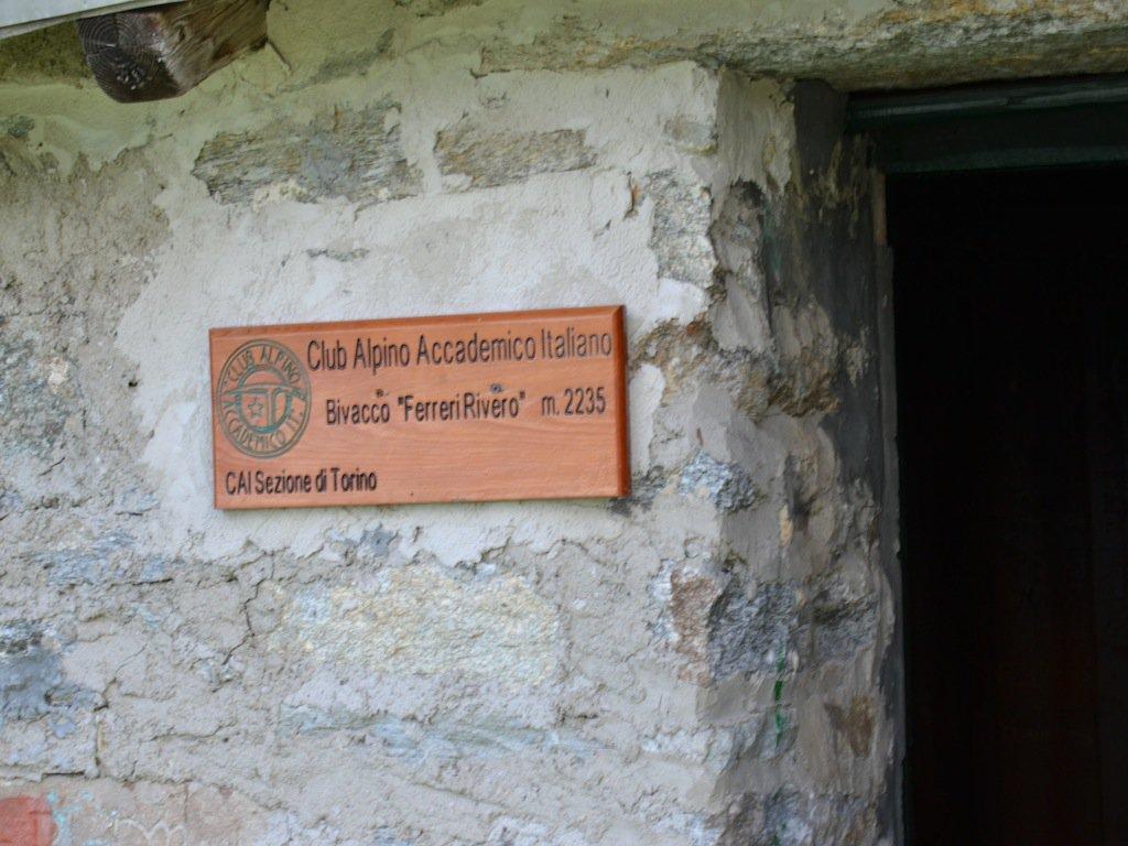 Targa del Cai all'ingresso del bivacco ricostruito