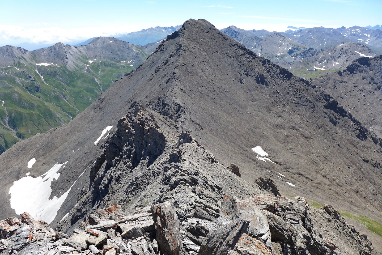 La cresta dalla cima, in fondo il Platasse