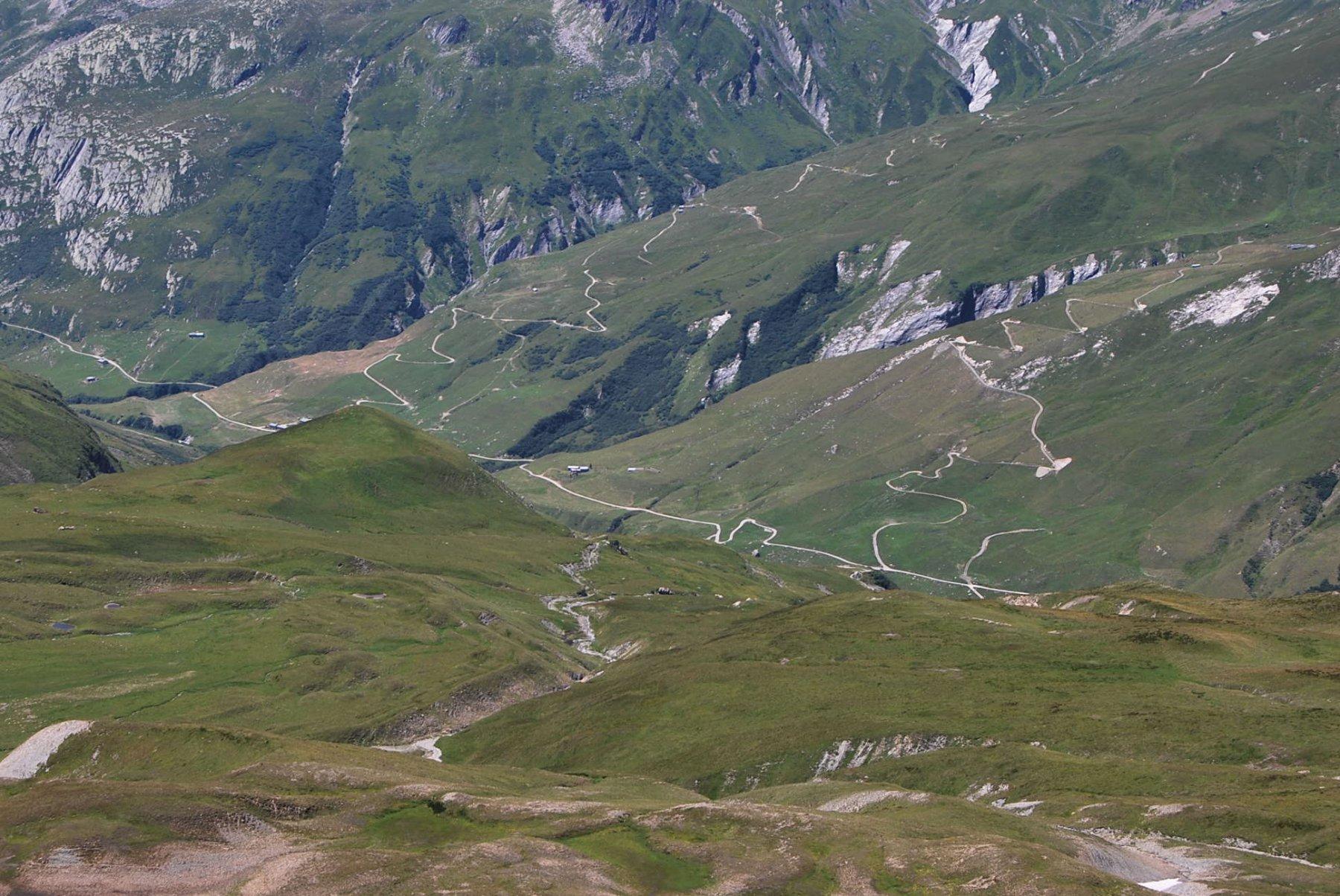 Il fondo della Val des Glaciers, con la strada che proviene da  Les Chapieux