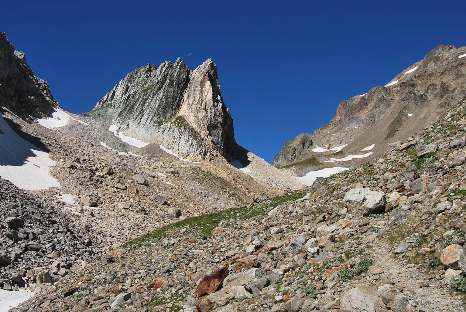 Sul sentiero, quasi al colle. Il colle escursionistico è quello più a destra (2565 m); tra le due Pyramides (una è fuori campo) il Colle superiore (2618 m).