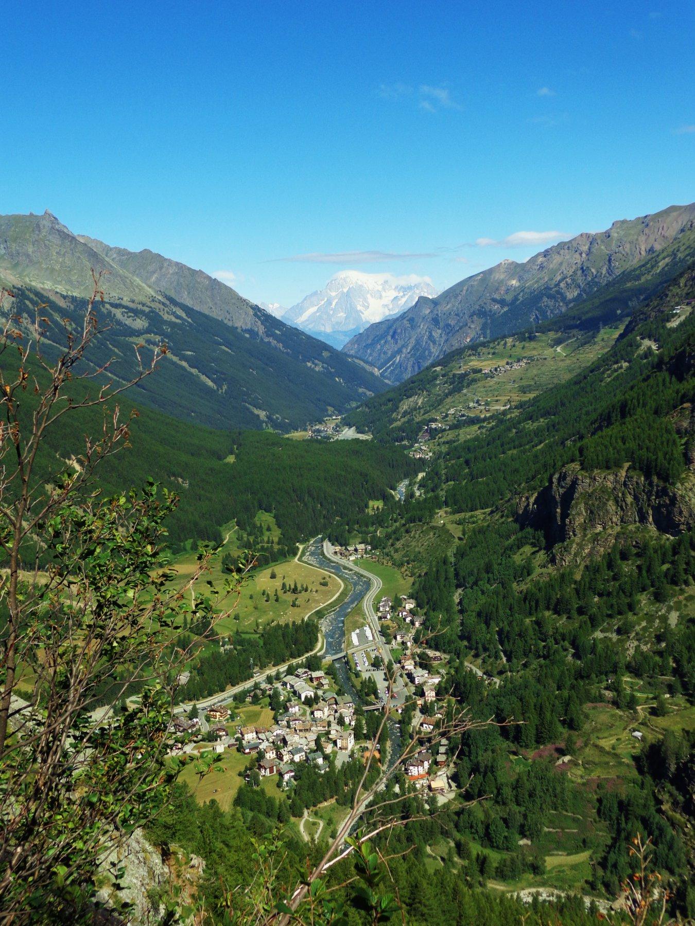 In salita panorama su Lillaz e Monte Bianco