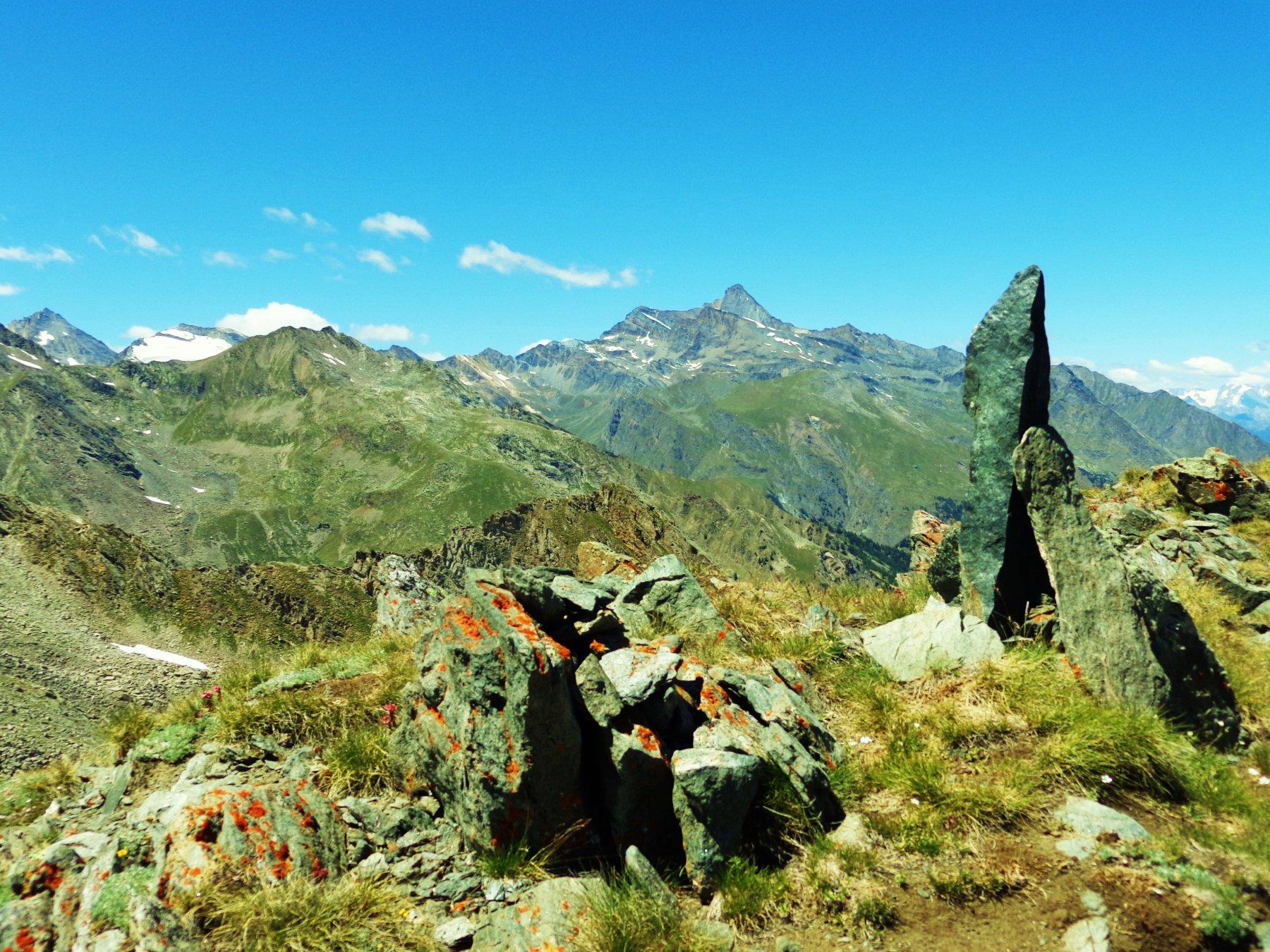 Ometto di vetta e in centro La Grivola, a sinistra La Gran Serra e Herbetet