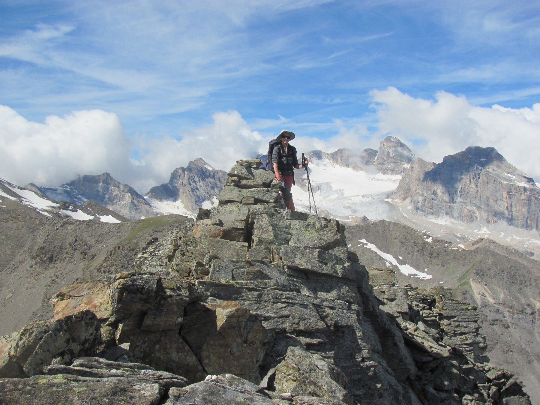 sulla cresta dopo il colle, con i monti della Val di Rhemes ( Calabre, Tsanteleina, Granta Parei) sullo sfondo