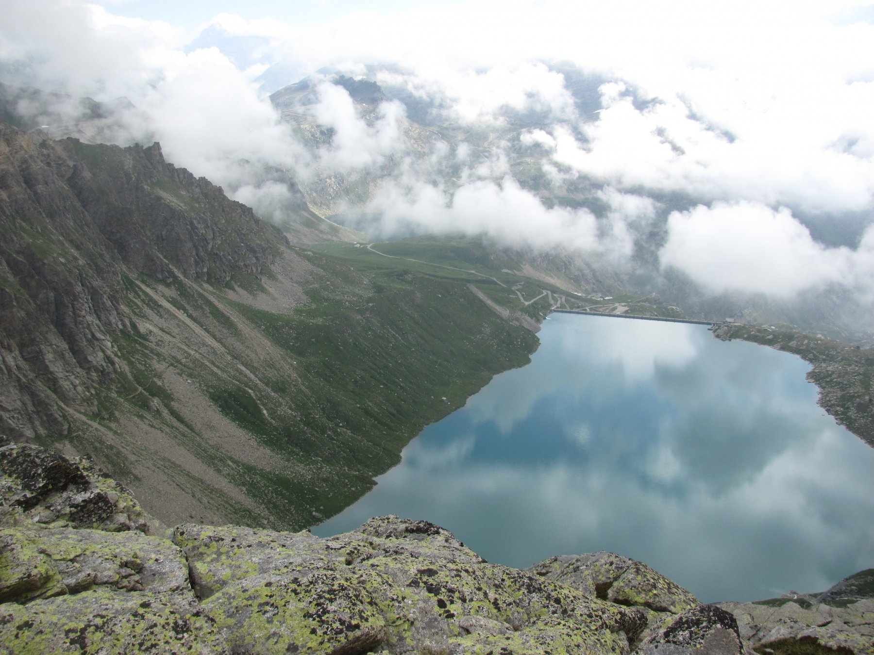 il lago del Serrù visto dall'alto, con a sin. il sentiero per il rifugio