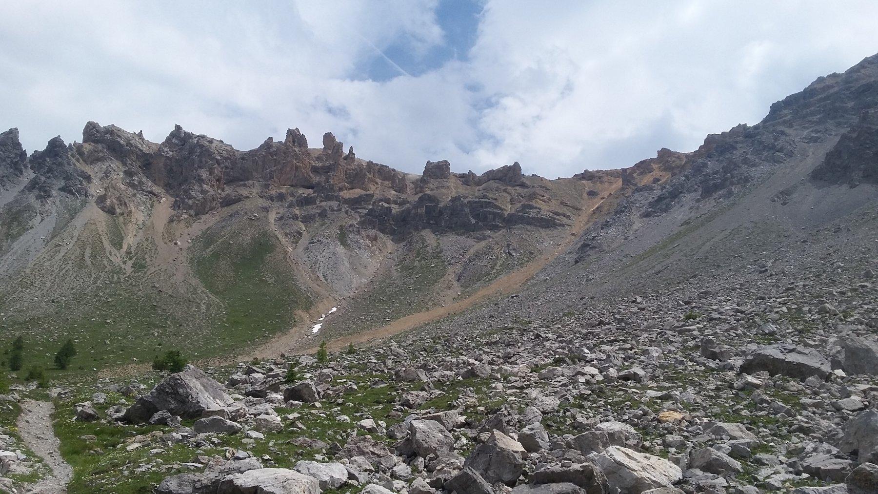 le caratteristiche formazioni rocciose a sx del Pas des Rousses