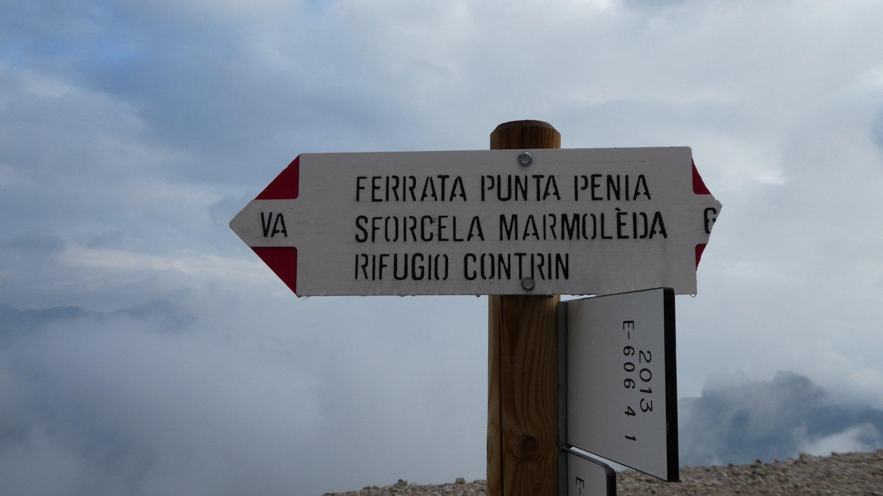 cartello indicatore al Rifugio Pian dei Fiacconi
