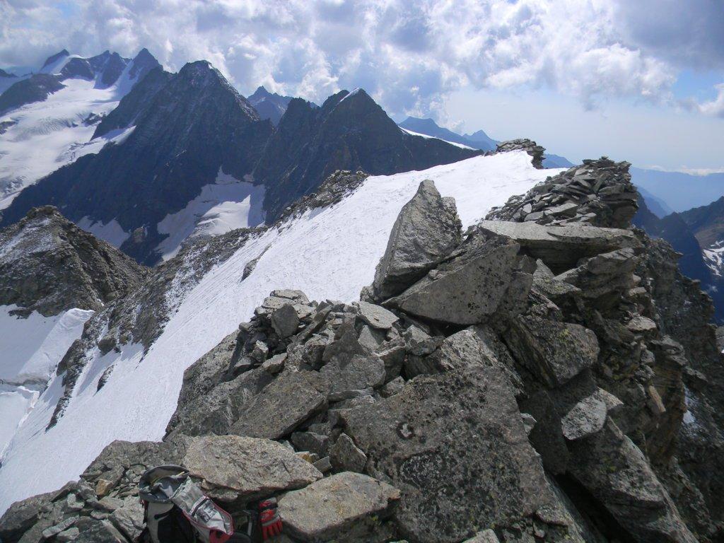 dalla vetta la cresta percorsa e la Testa Valtoney in basso