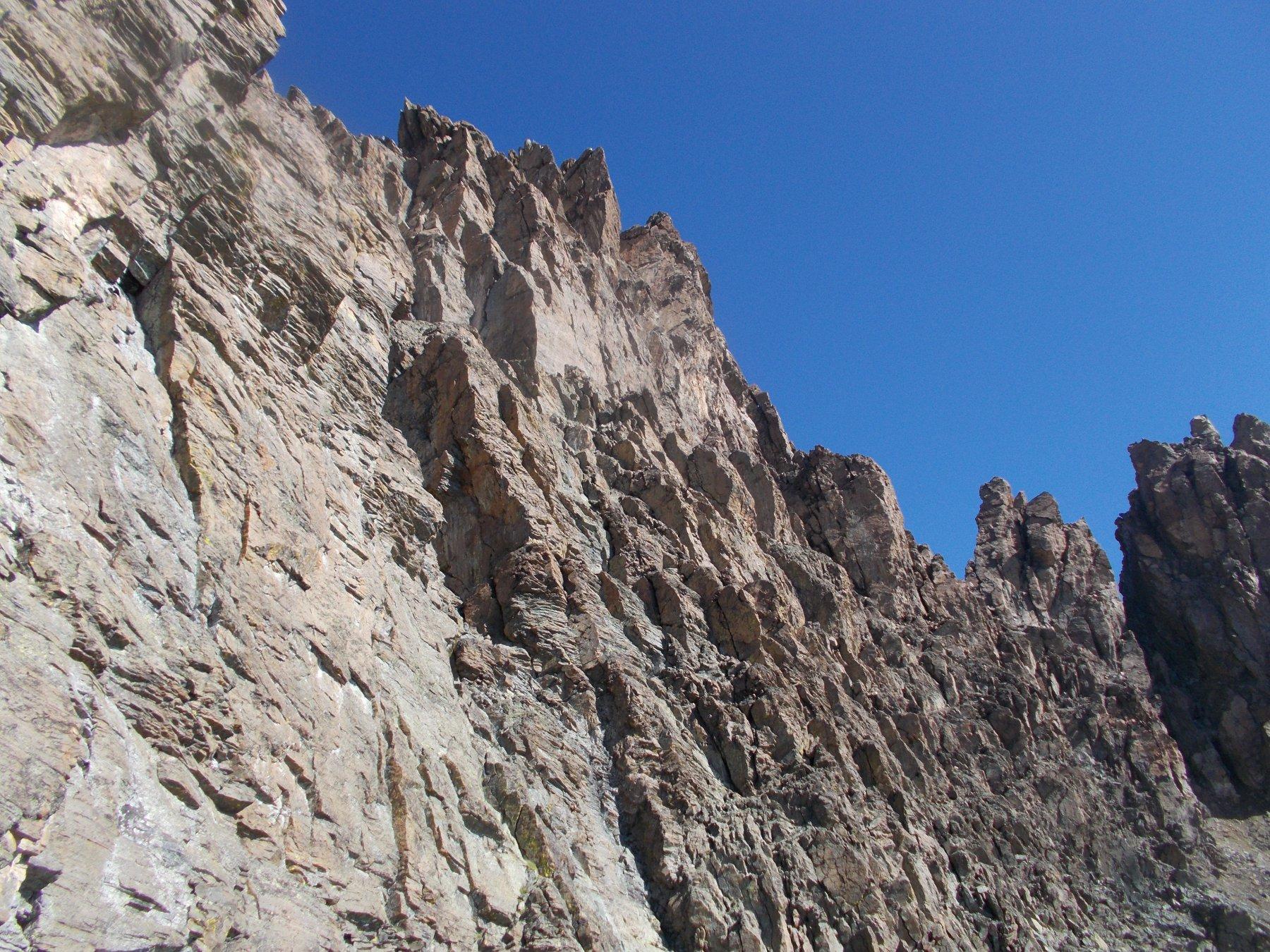 scorcio della parete del Dado..con i torrioni Sari al fondo a dx..