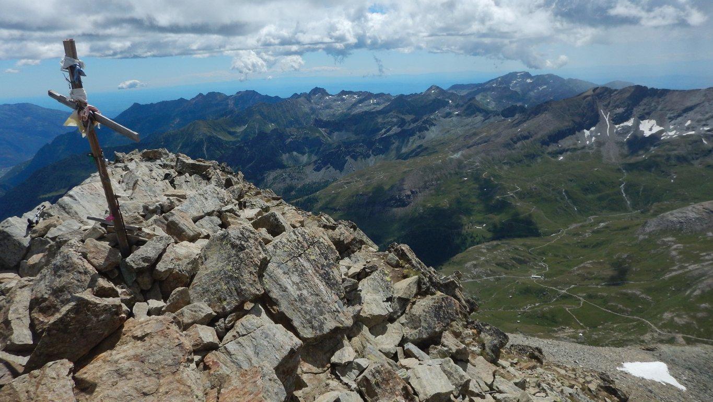 Croce del Glacier e rifugio Dondena sullo sfondo