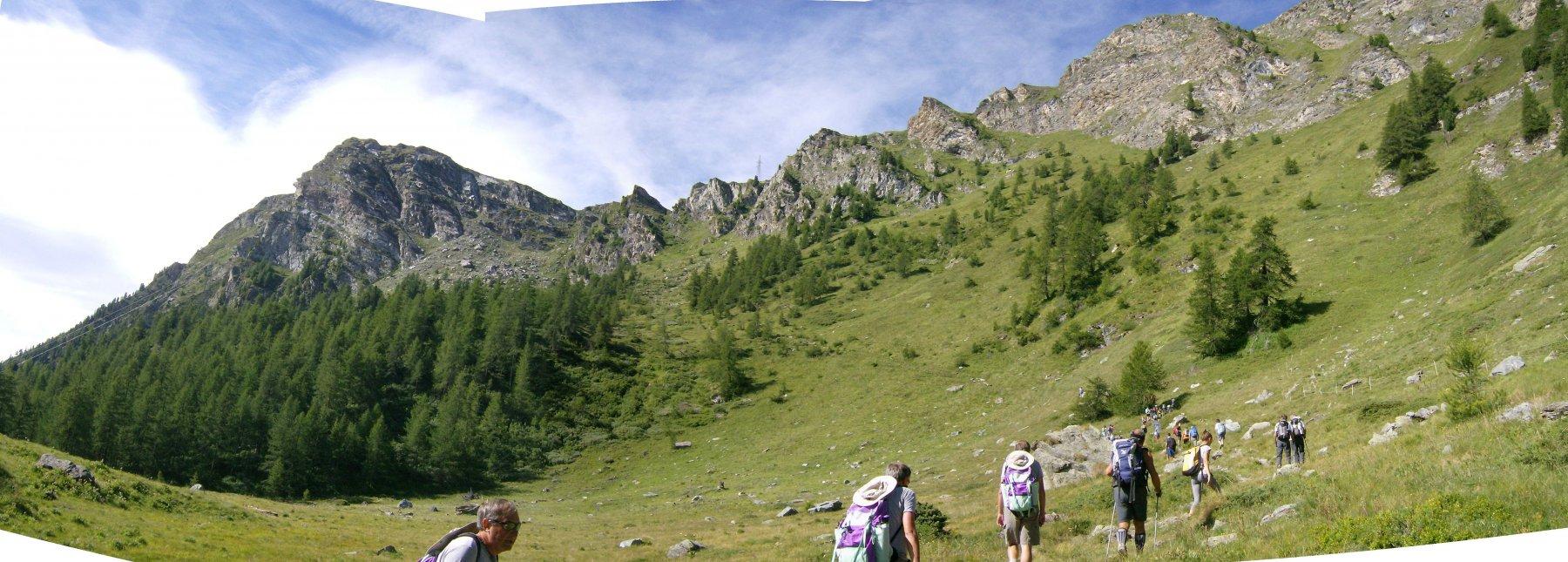 Inizio sentiero, al centro Col Portola, a sinistra lo Zerbion.
