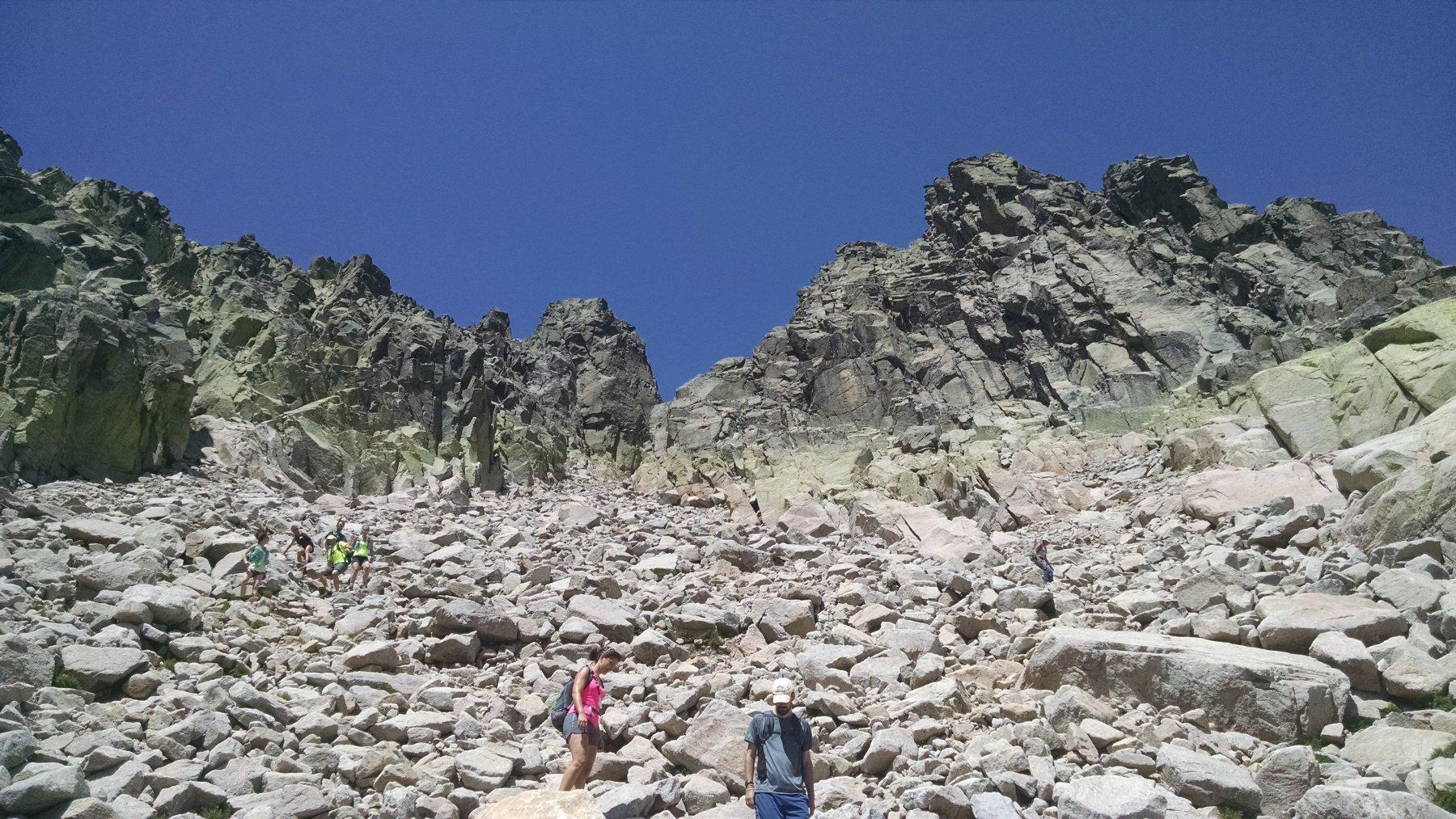 pietraia che diventa via via stretto canale in alto