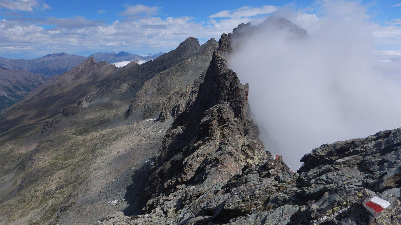 Dal passo Giacoletti nubi sul versante italiano