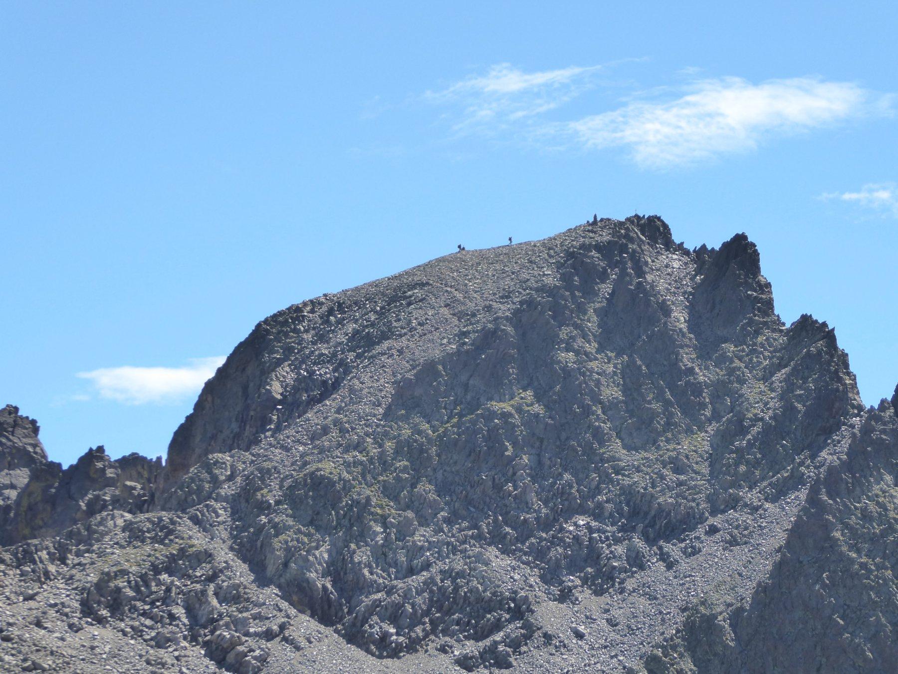 zoommata sull'Ubac con due escursionisti quasi in cima