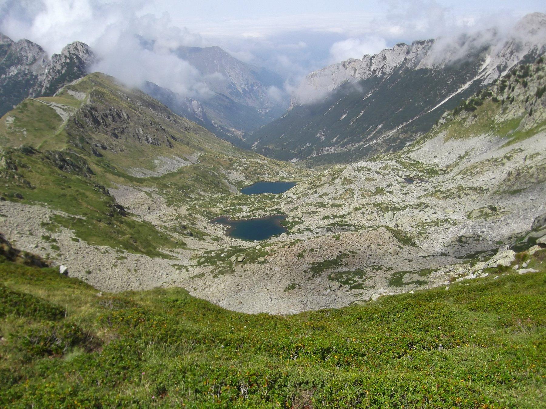 Il vallone di discesa con i Laghi del Frisson.