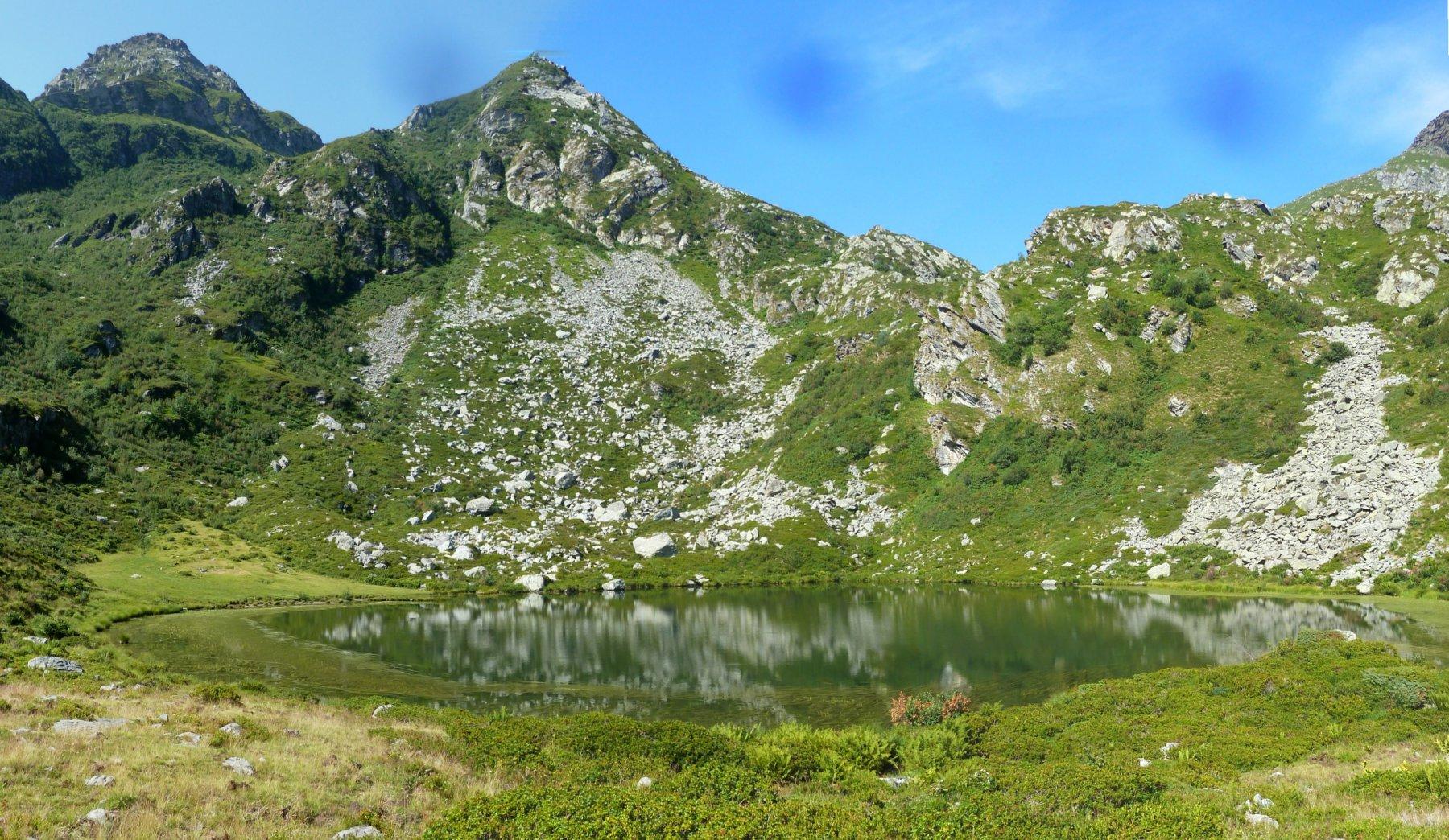 il lago con la punta di pratofiorito