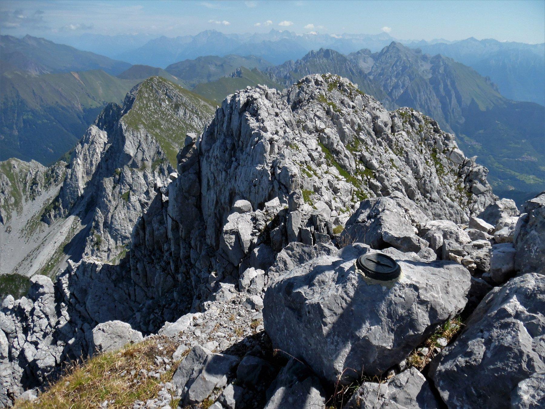 Punto trigonometrico in cima al Pizzo Camino 2491 m. Dietro, monte Sossino