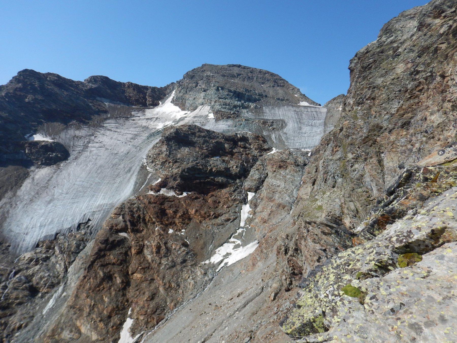 si vede la cima e sotto i ghiacciai in sofferenza