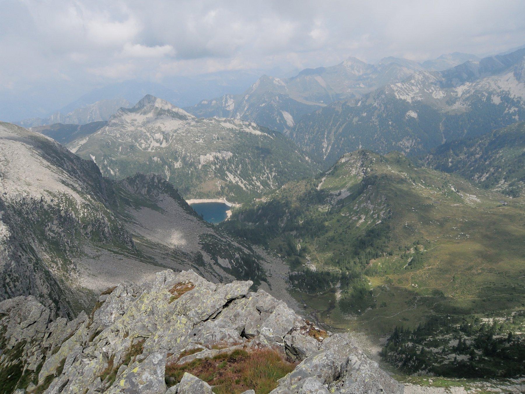 Lago di Larecchio piutosto basso, Cima di Canogia sullo sfondo