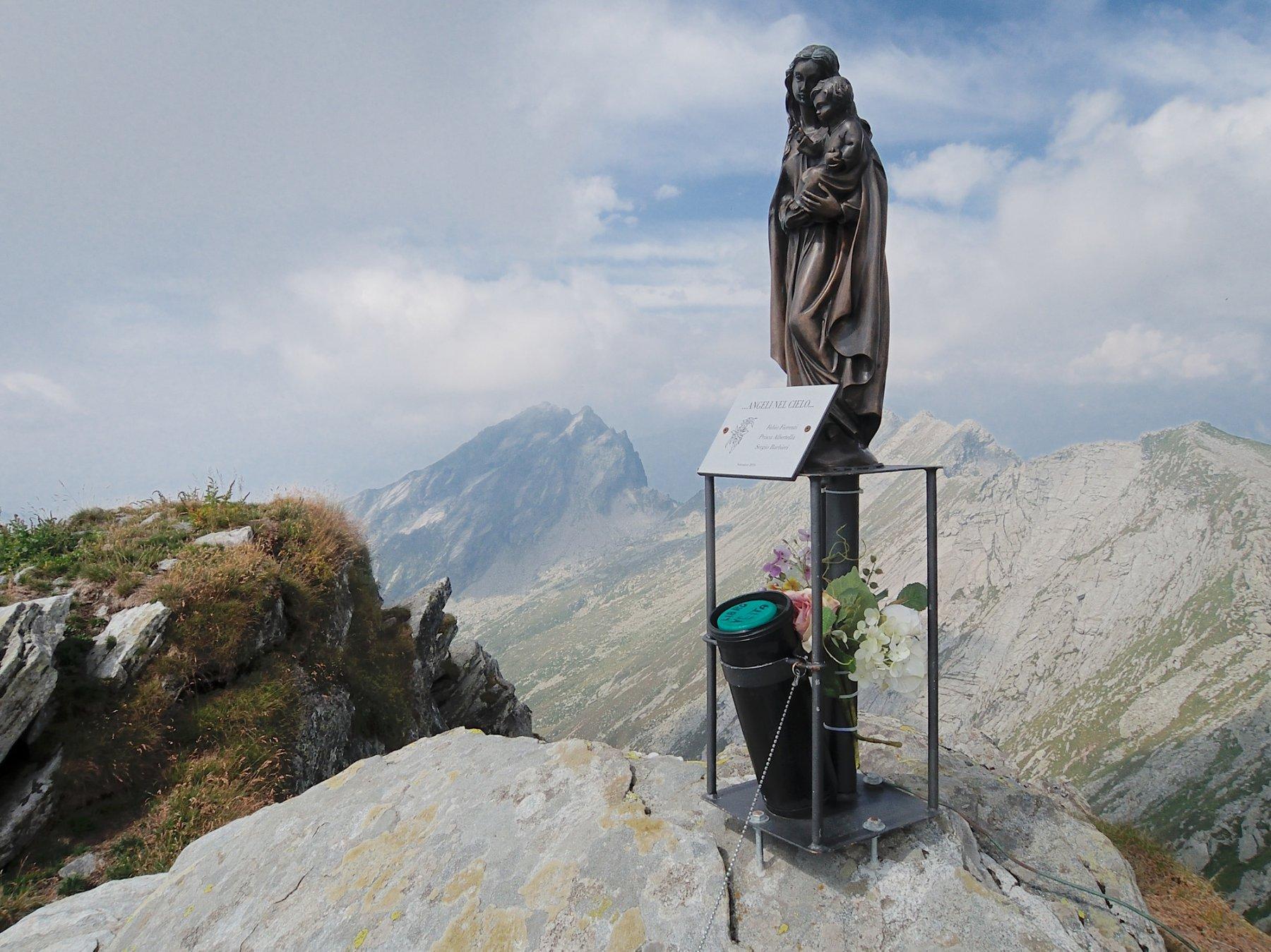 La nuova statua con libro di vetta e la Scheggia sullo sfondo
