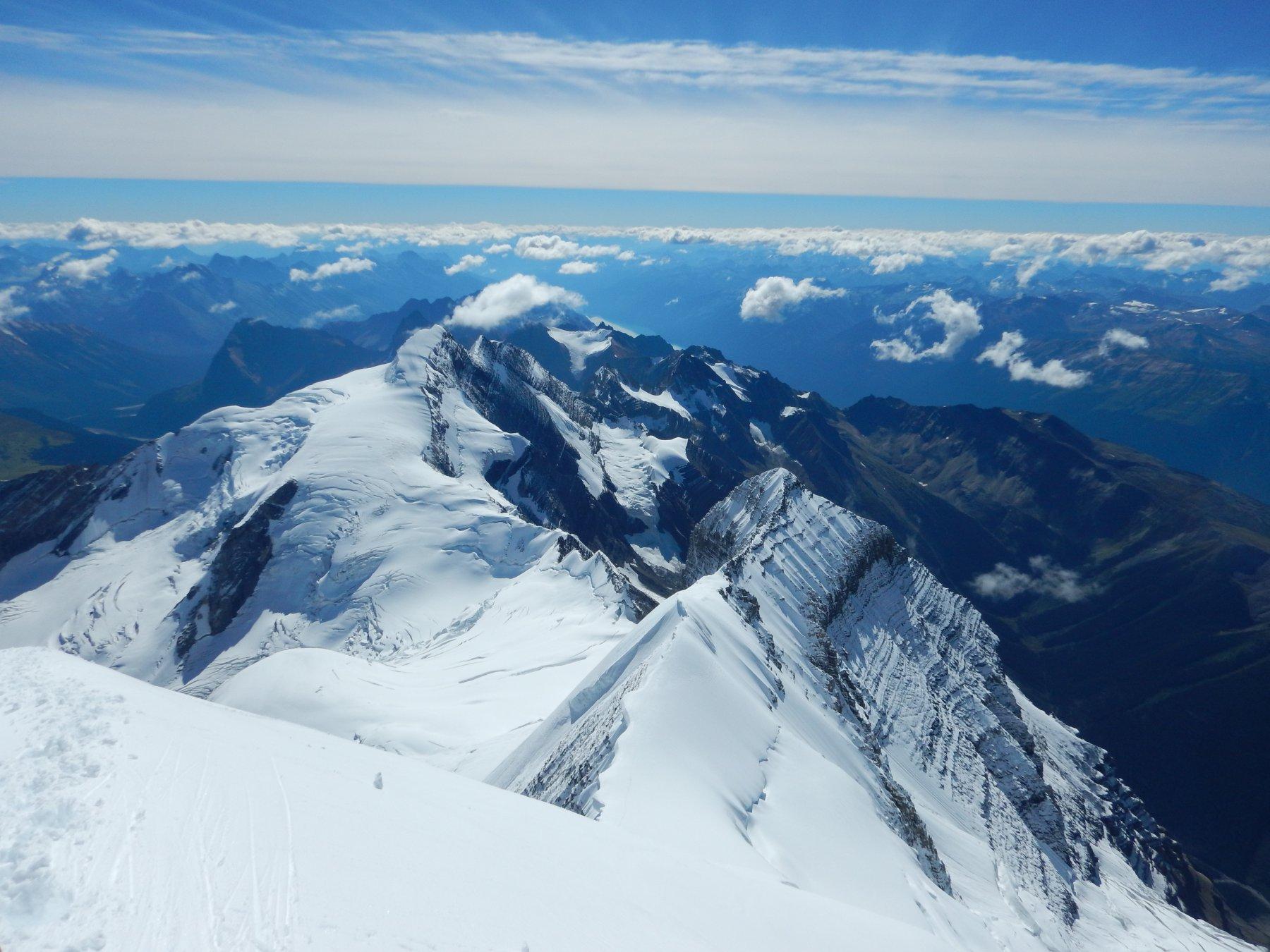 Mt Resplendent (3425 m) dalla cresta sommitale del Re delle Montagne Rocciose (Mt Robson)