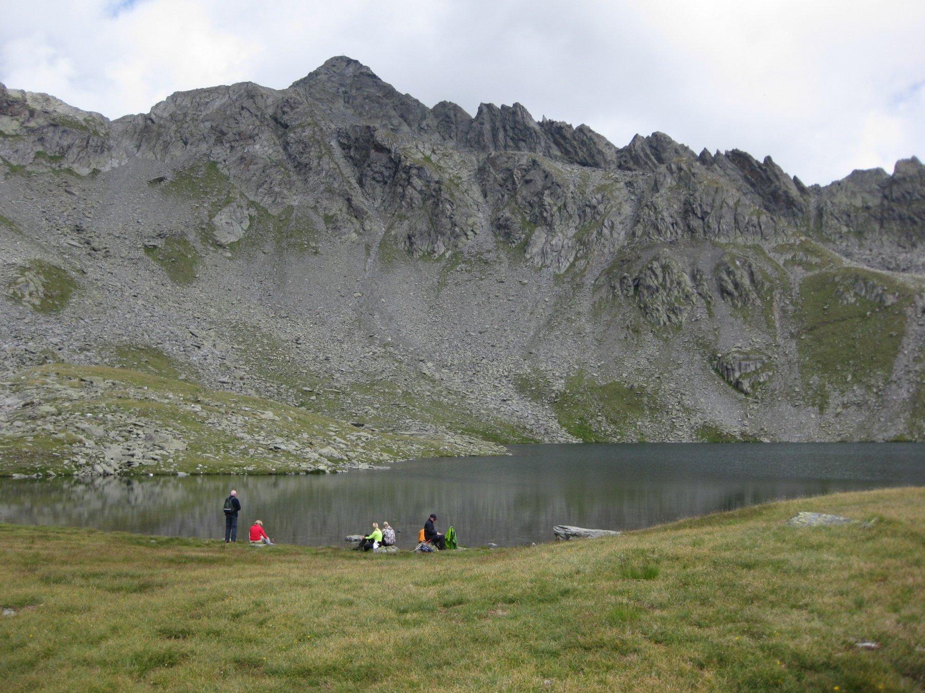lago,al centro in lontananza la cima