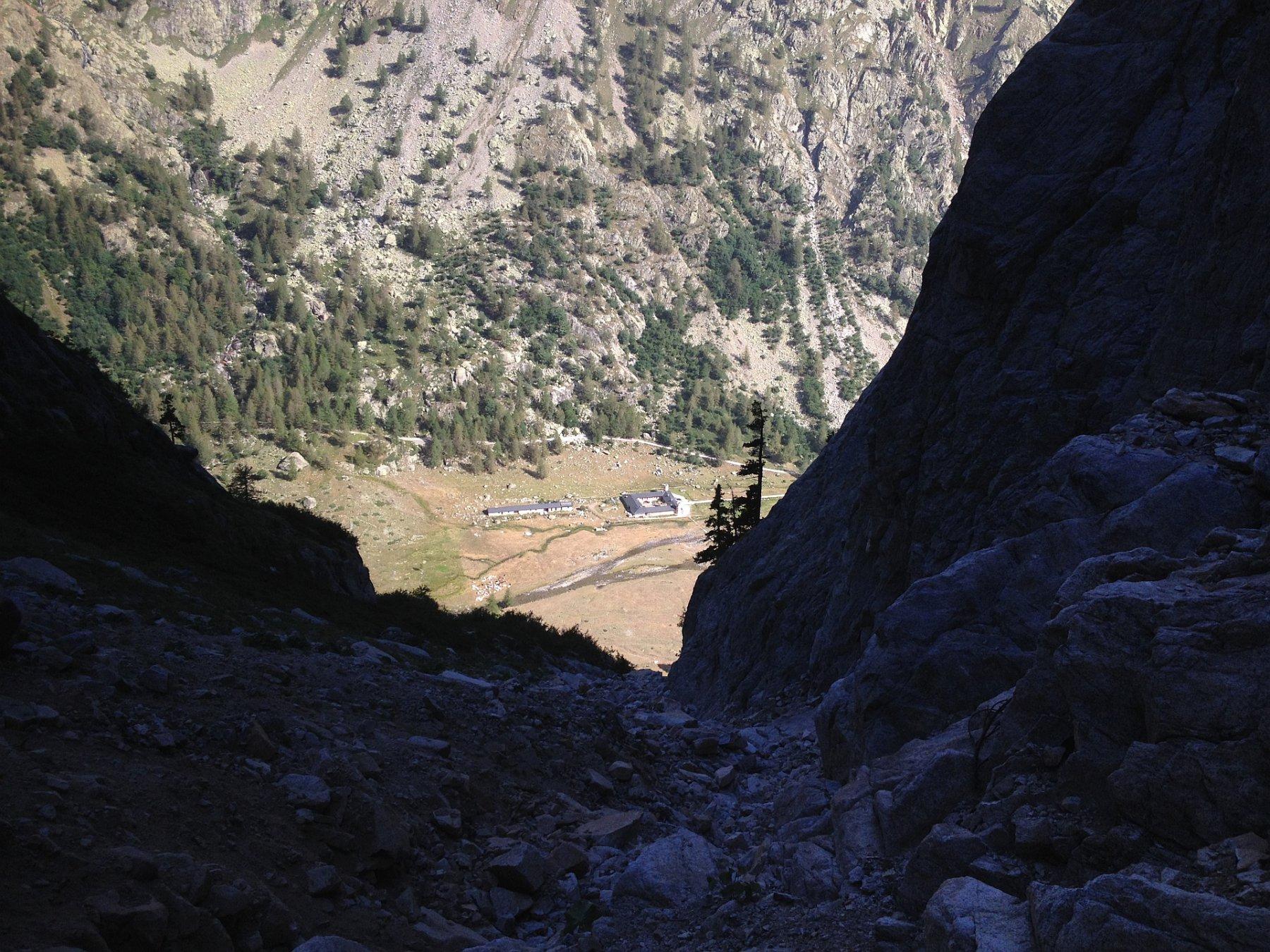 Il canale di avvicinamento col rifugio Valasco sullo sfondo.