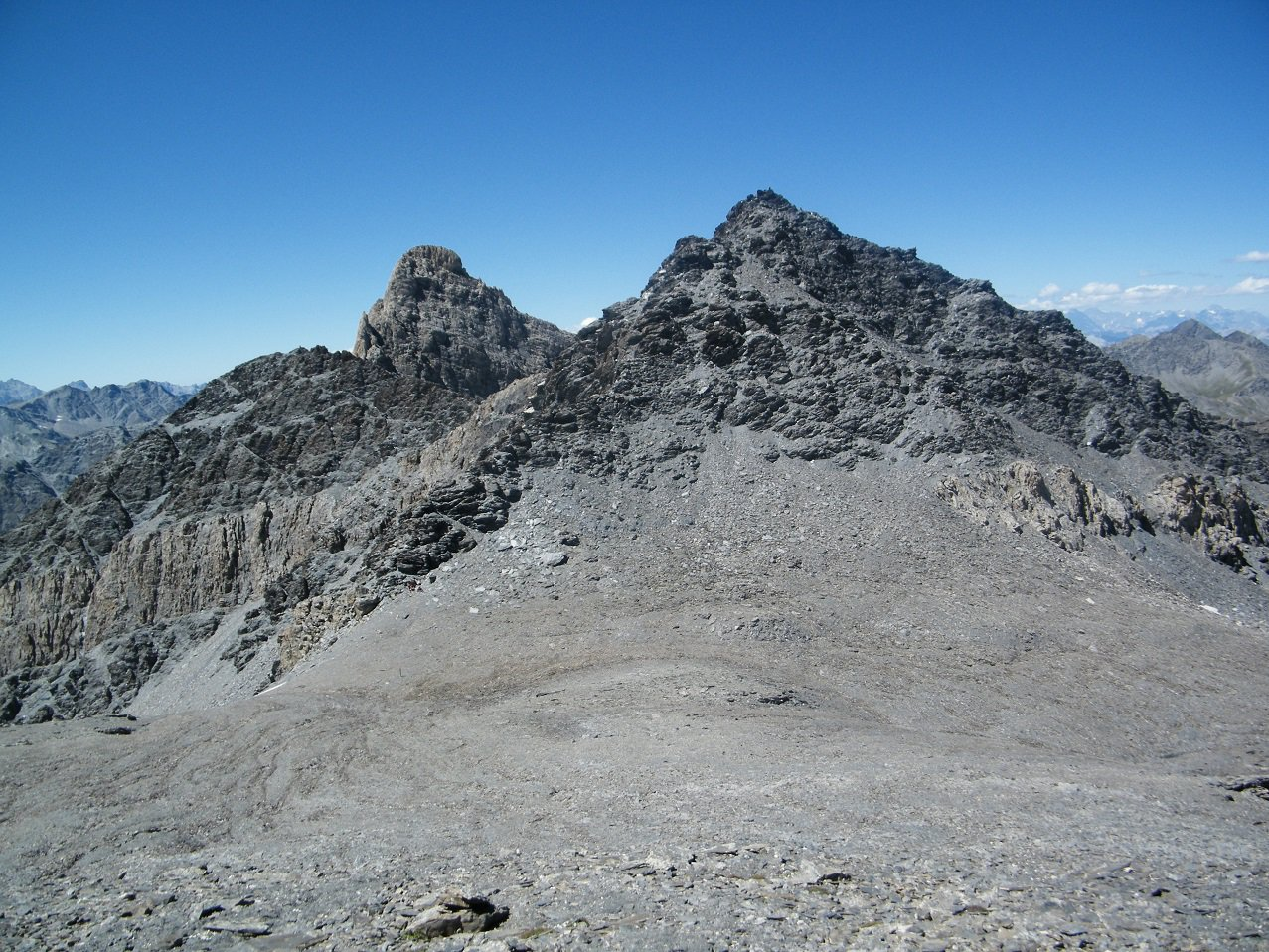 Il Pic Brusalana con il versante da risalire e, alle sue spalle, il Pic d'Asti.