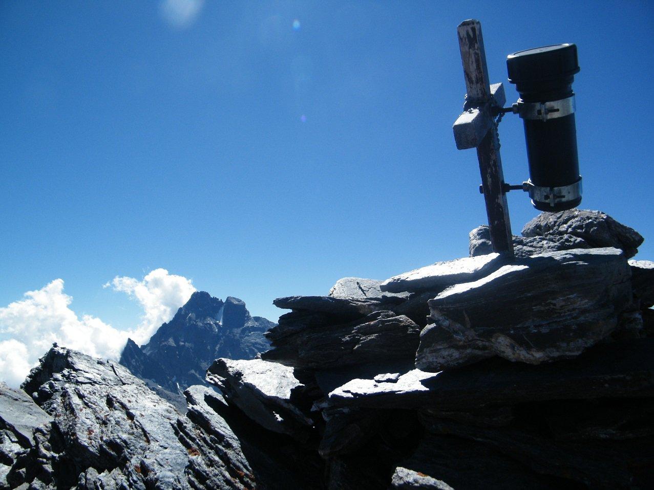 La croce di vetta con il Viso sullo sfondo.