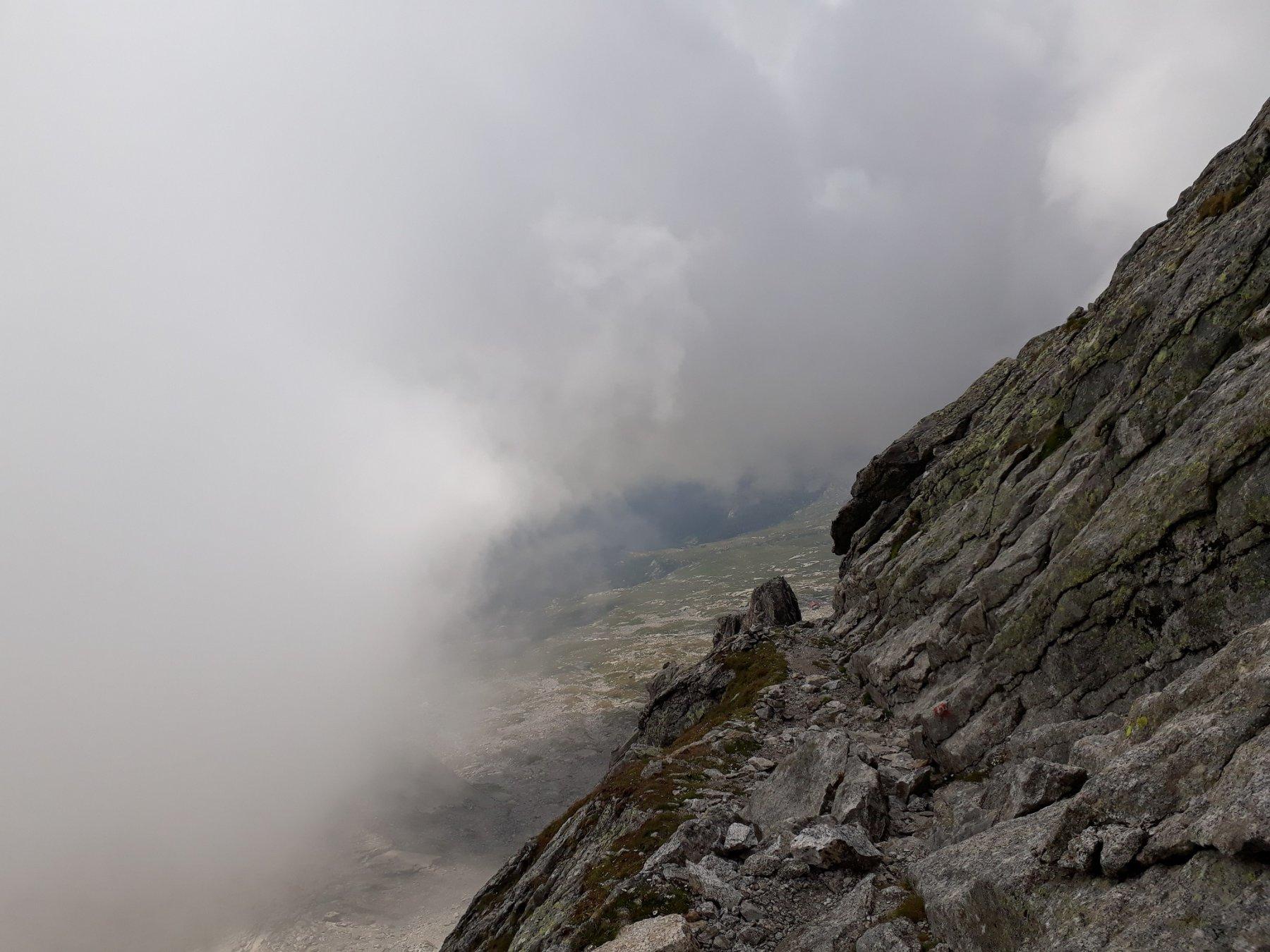 La Cengia verso la Croce, il rifugio Giannetti è apena visibile tra le rocce...!