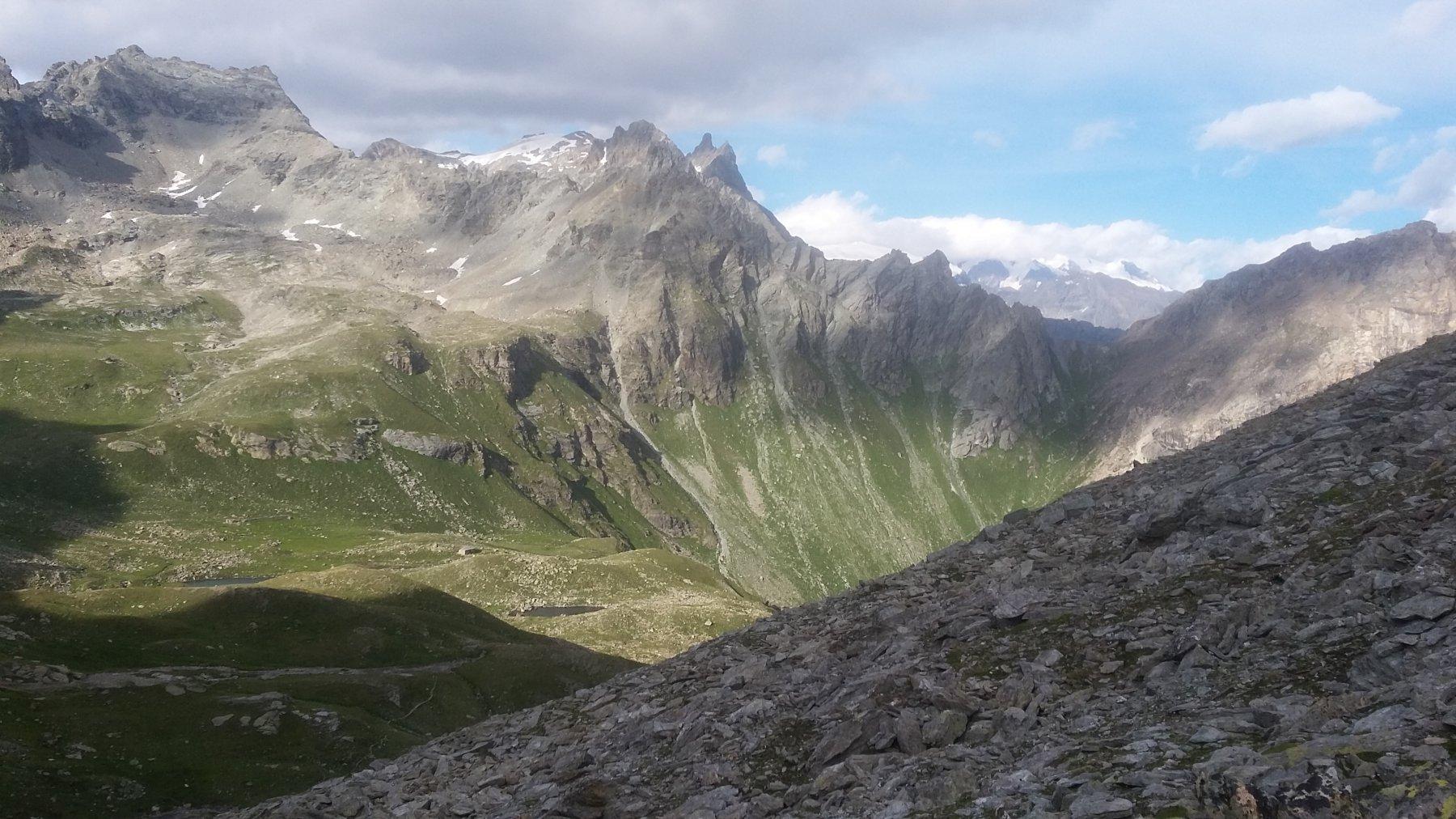 Al centro il bivacco Reboulaz e a destra la Fenetre du Tsan