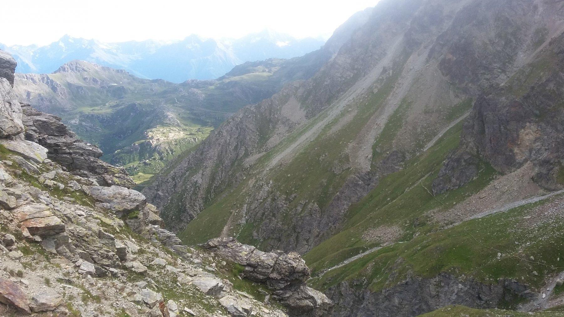Da col Terray, il tracciato del sentiero alto verso Cuney. In fondo col du Salvè.