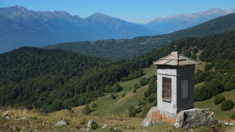 Pilone votivo all'Alpe Piano Vinassa e borgata Grange sullo sfondo
