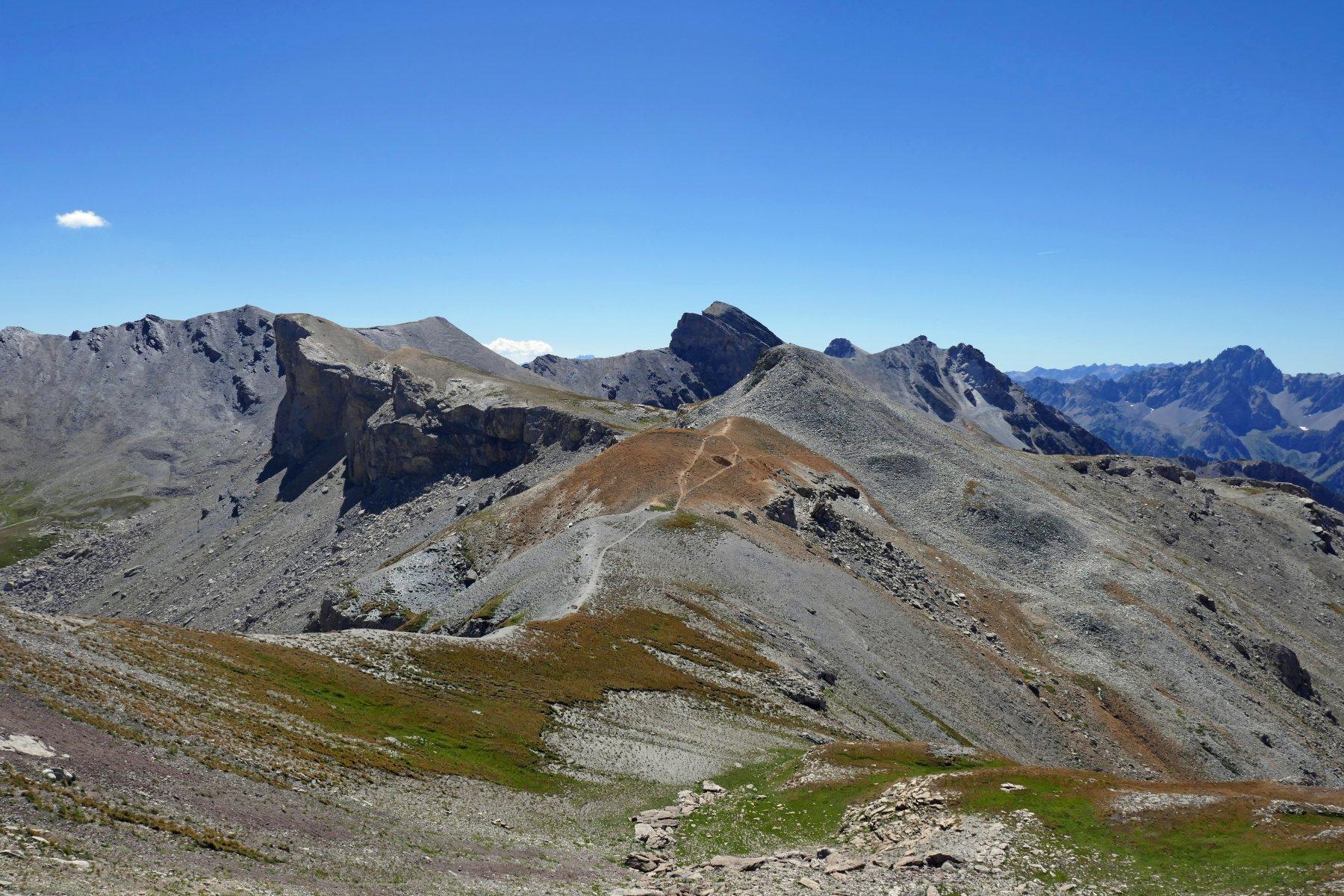 Dalla parte finale vista sulla bassa di Terrarossa, Albrage, Freide e lontana la mole dell' Oronaye