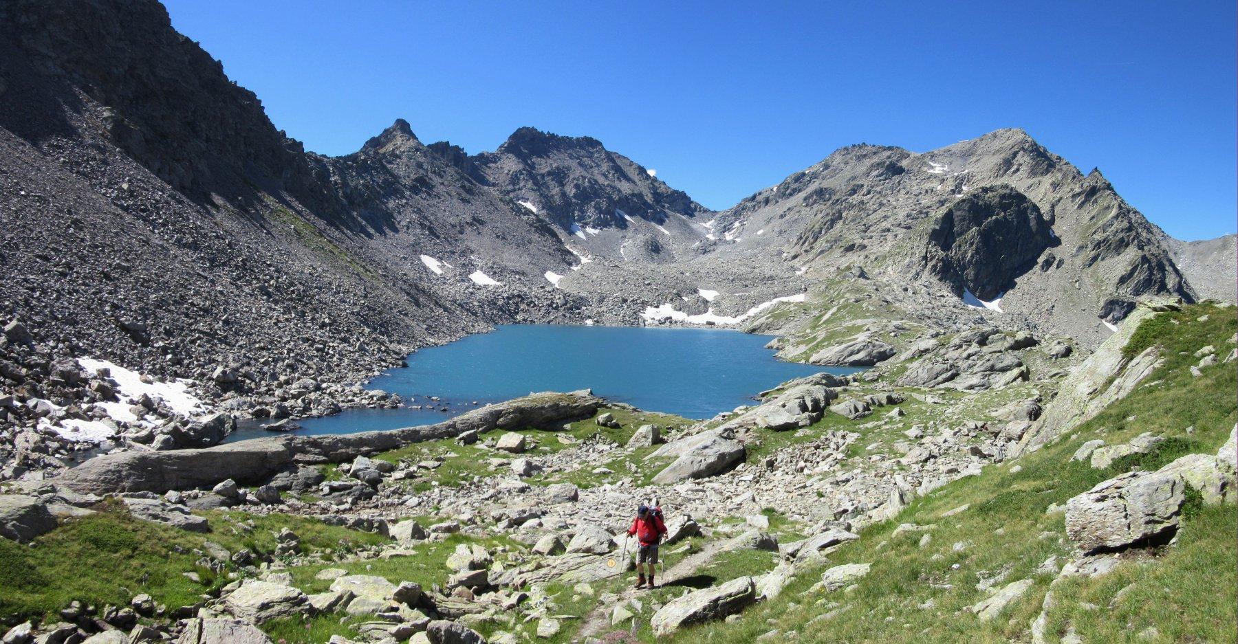 Lago di Pietra Rossa e a dx il Colmet