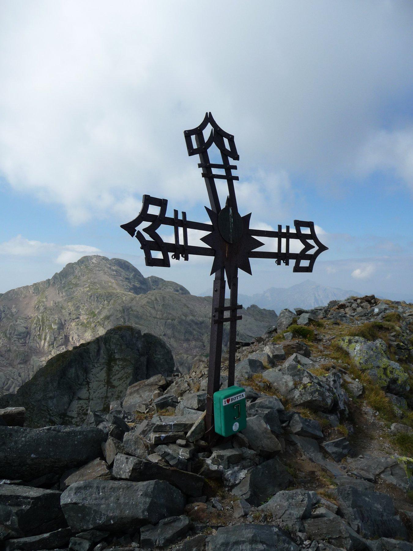 Croce di vetta e un affollato Pizzo dei Tre Signori sullo sfondo