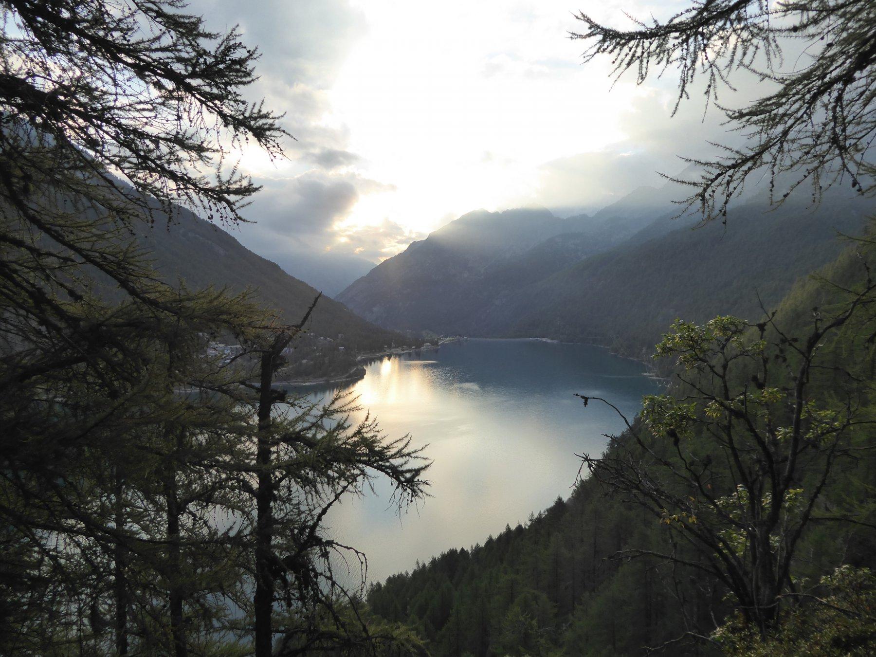 Vista mattutina su lago