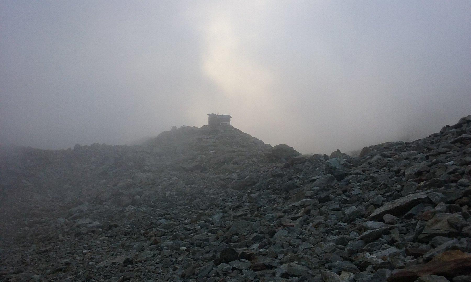 Il sole buca la nebbia mattutina sopra il Remondino